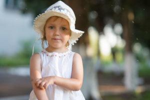 Humedad Ambiental y Piel Atópica: niña rascándose