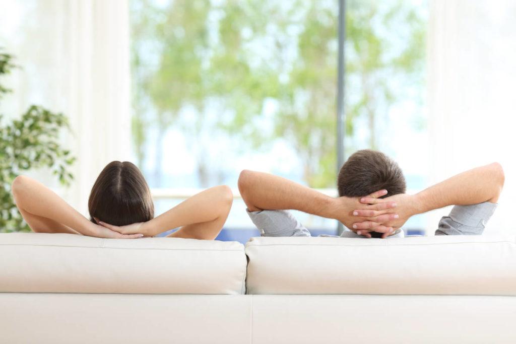 AireHogar: Sobre nosotros, relajándonos en el sofá