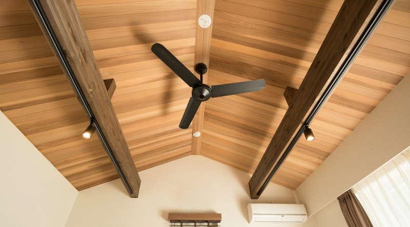 Ventilador de techo en techo de madera